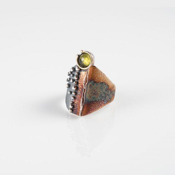 Anillo grande cosmos, plata oxidada, oro y peridoto