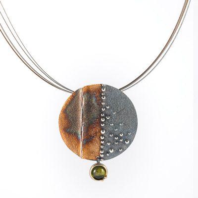 Colgante cosmos, plata oxidada, oro y peridoto