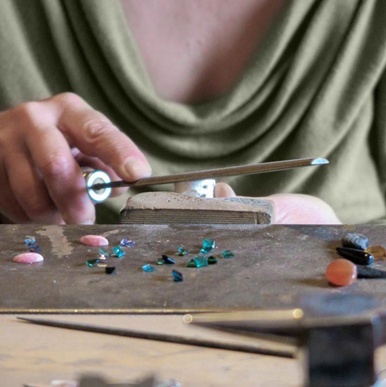 elisenda de haro en el taller limando una nillo