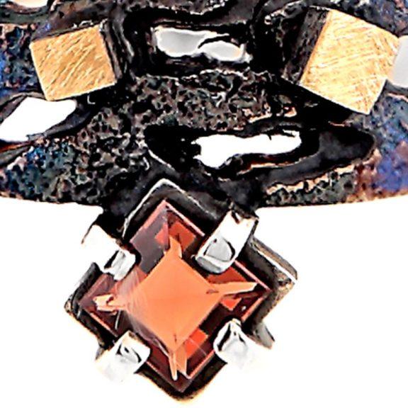 Anillo pequeño de oro y plata oxidada con granate Escocia detalle piedra granate