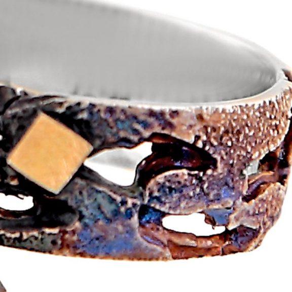 Anillo pequeño de oro y plata oxidada con granate Escocia detalle textura