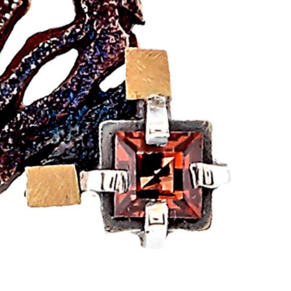 Pendientes fijos de plata oxidada y oro con granate Escocia detalle piedra granate